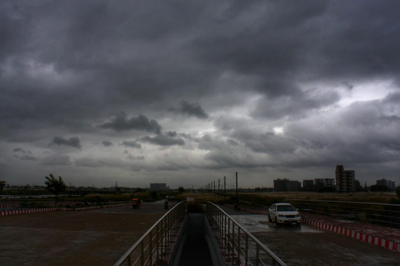 আকাশে ভারী মেঘমালা। ছবিটি রাজধানীর একশো ফিট রাস্তা থেকে তোলা।