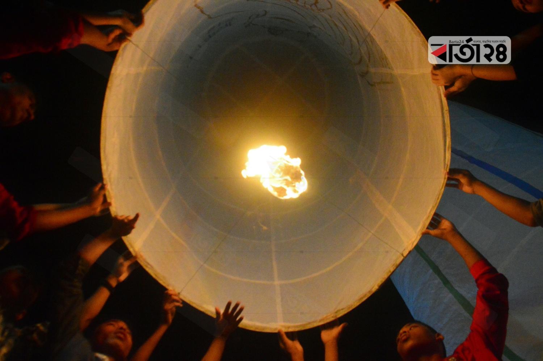 প্রবারণা পূর্ণিমায় ঢাকার বাসাবো বৌদ্ধমন্দিরে ফানুস ওড়ান বৌদ্ধ ধর্মাবলম্বীরা।