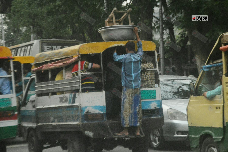 সারাদিন বেচা বিক্রি শেষে বাড়ি ফিরছেন একজন শ্রমিক। ছবি : সুমন শেখ