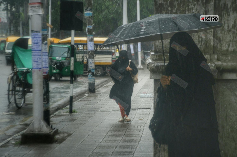সকালে রাজধানীতে গুড়ি গুড়ি বৃষ্টি। ছবিটি নগর ভবন এলাকা থেকে তুলেছেন সুমন শেখ।