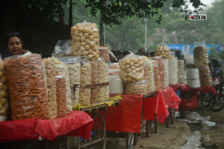 পহেলা বৈশাখের জন্য রাজধানীর দোয়েল চত্তরের সামনে বসেছে নারু,বাতাসা,কদমা সহ মুরালির বাজার। ছবি : সুমন শেখ