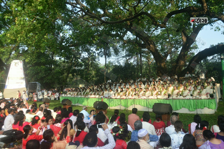 অনাচারের বিরুদ্ধে জাগ্রত হোক শুভবোধ- এ আহ্বানে সাজানো হয়েছে রমনার বটমূলের প্রভাতী আয়োজন। ছবি : সুমন শেখ