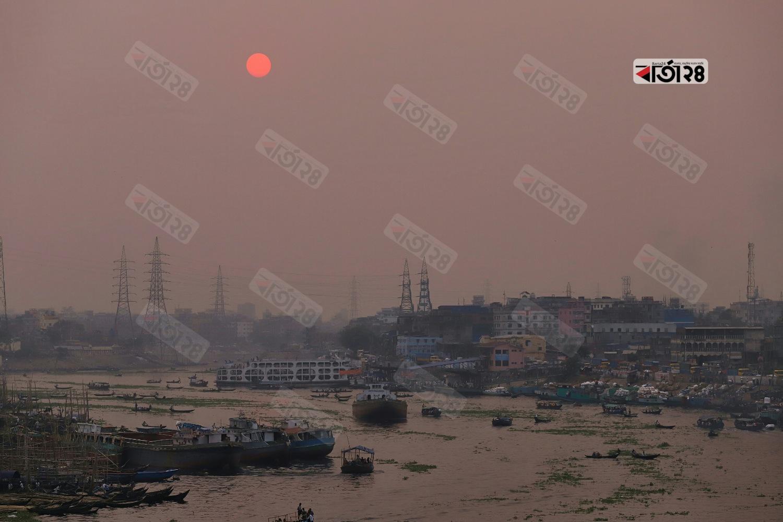 সূর্যাস্তের ছবিটি রাজধানীর বাবুবাজার  এলাকা থেকে তোলা। ছবি : সুমন শেখ