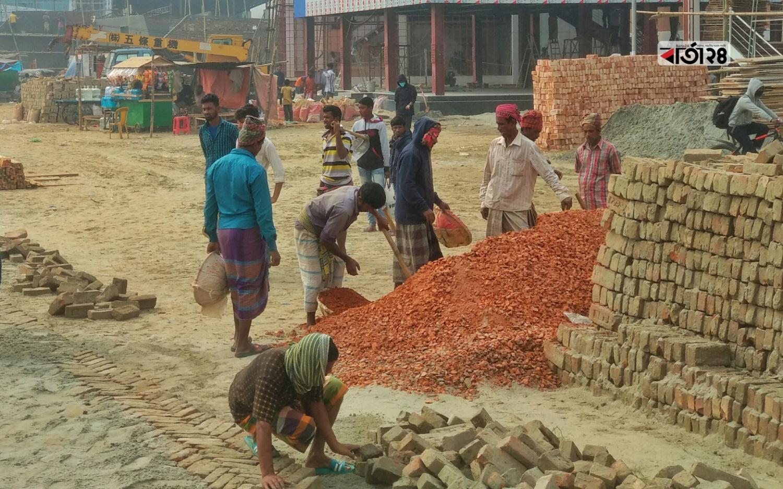 বানিজ্য মেলার প্রস্তুতির কাজে ব্যস্ত সময় পার করছেন শ্রমিকেরা। ছবি : শাহরিয়ার তামিম।