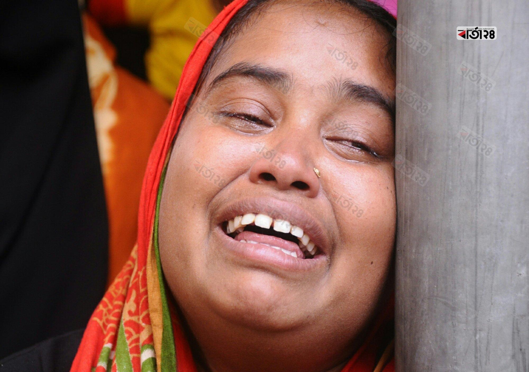স্বজনদের কান্নায় ভারি হয়ে ওঠে পুরো ঢাকা মেডিকেল কলেজের মর্গ এলাকা। ছবি : সৈয়দ মেহেদী হাসান