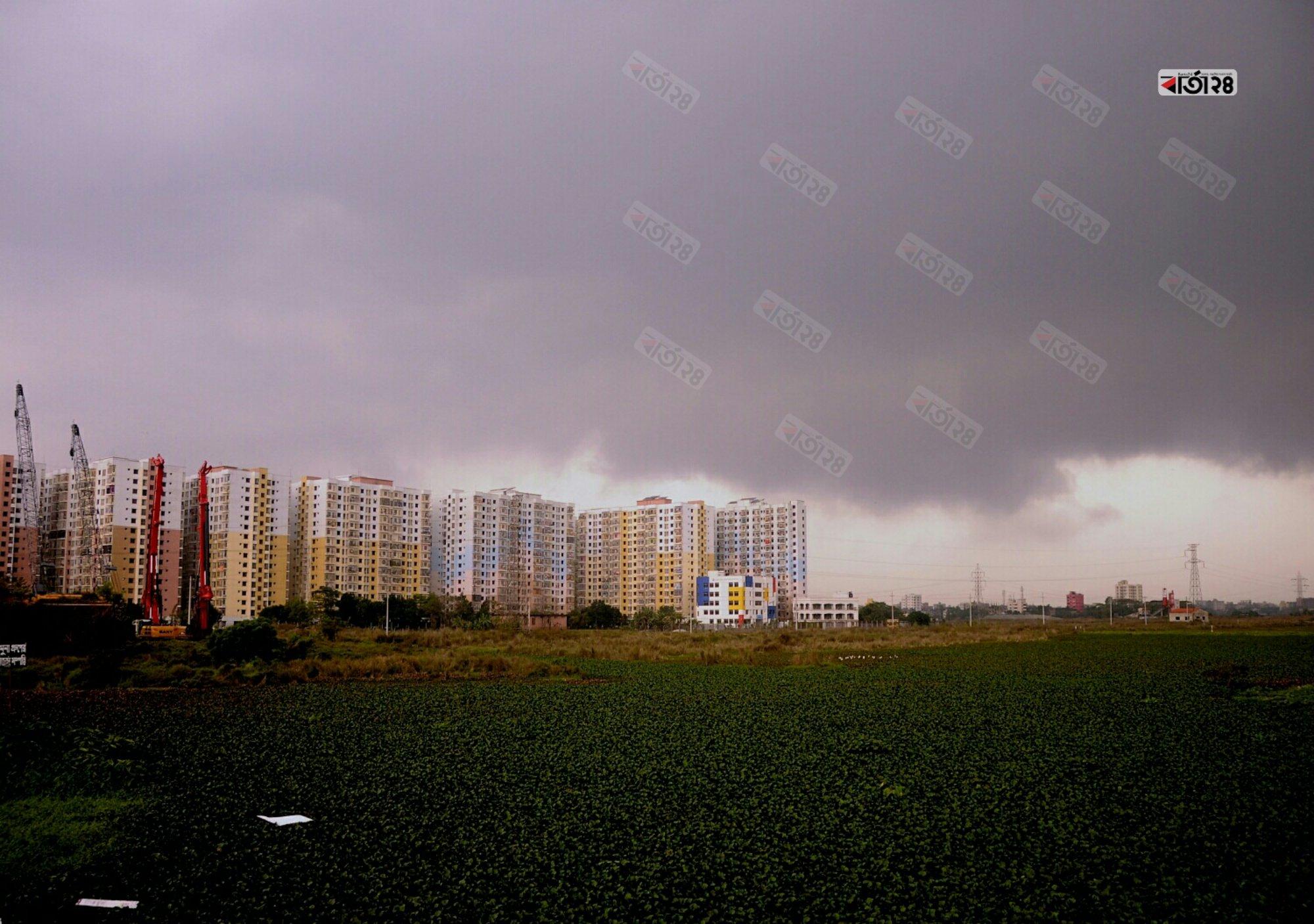 নিম্নচাপের কারনে আকাশে কালো মেঘের খেলা। ছবিটি খিলক্ষেত নয়াপাড়া এলাকা থেকে তুলেছেন মেহেদী হাসান।
