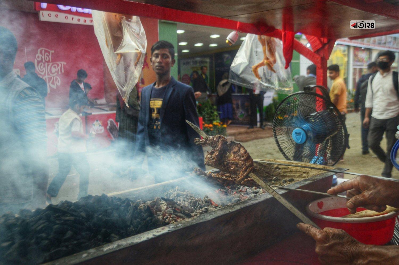 বাণিজ্য মেলায় দেশী মুরগীর শিক এক পিছ বিক্রি হচ্ছে ৩০০ টাকায়। ছবিটি আন্তর্জাতিক বাণিজ্য মেলা থেকে তোলা।