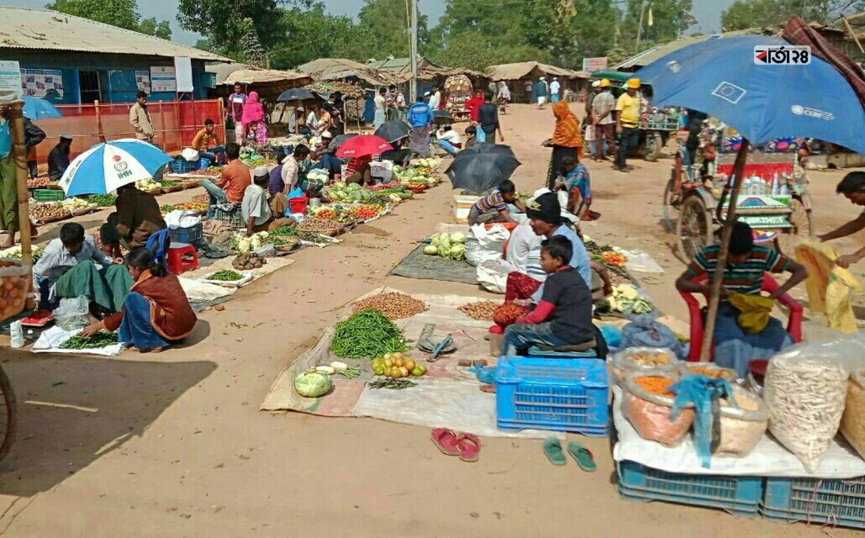 রোহিঙ্গারা নিজেদের চাহিদা মিটাতে বানানো হয়েছে স্থানীয় বাজার। ছবিটি কক্সবাজার কুতুপালং রোহিঙ্গা ক্যাম্প থেকে তোলা।