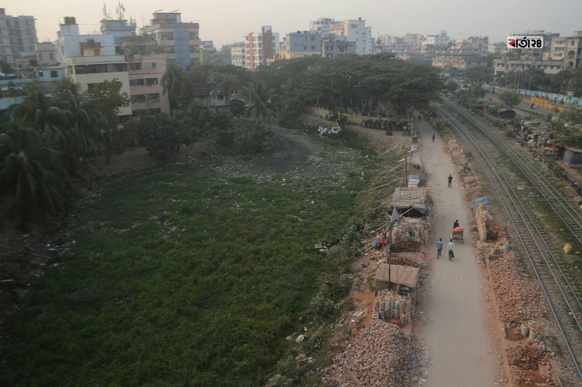 রাজধানীর খিলগাঁও রেলগেট এলাকার বেশ পরিচিত বাসাবো-খিলগাঁও খাল এখন ময়লার ভাগাড়ে রূপ নিয়েছে। ছবি : সুমন শেখ
