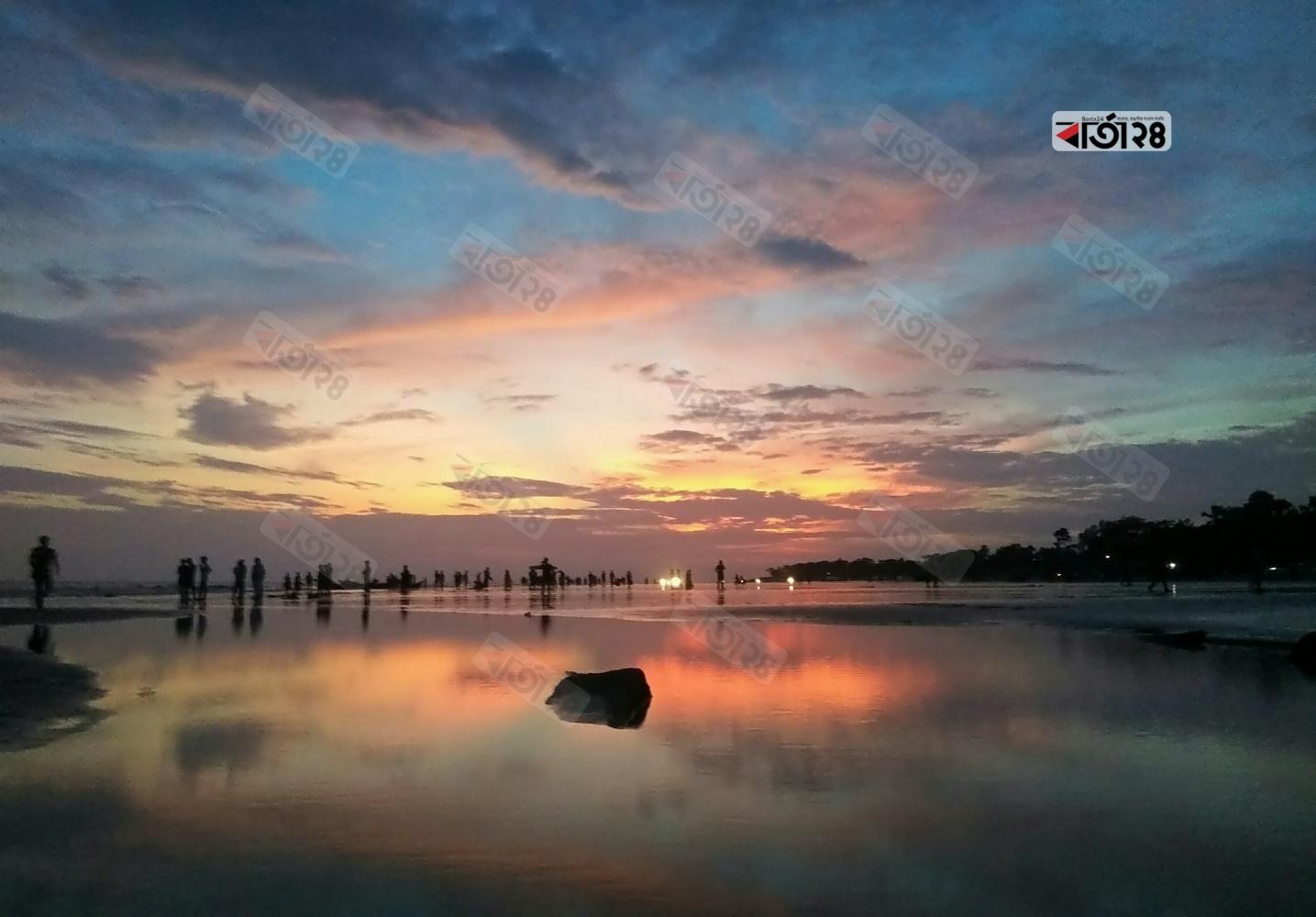 সাগরকন্যা কুয়াকাটা সমুদ্র সৈকতে সূর্যাস্ত শেষে রক্তিম আকাশ। ছবি : সুমন শেখ