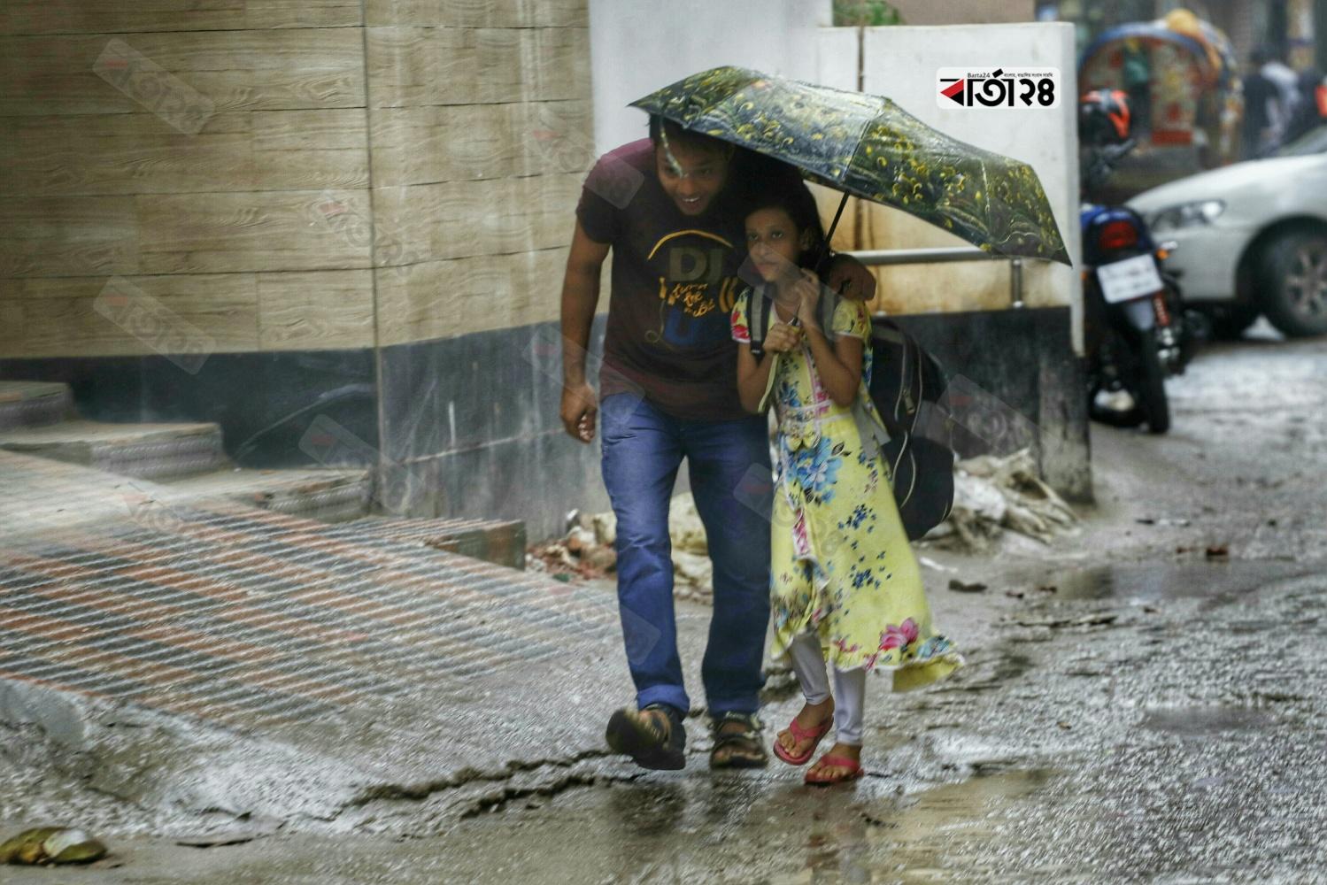 বৈরী আবহাওয়ার কারনে রাজধানীতে থেমে থেমে বৃষ্টি। ছবি : সুমন শেখ