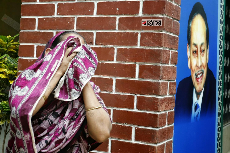 হুসেইন মুহম্মদ এরশাদের মৃত্যুতে নেতা-কর্মীদের কান্নায় ভারী হয়ে ওঠে বনানীস্থ জাতীয় পার্টির চ্যেয়ারম্যানের কার্যালয়। ছবি : সুমন শেখ