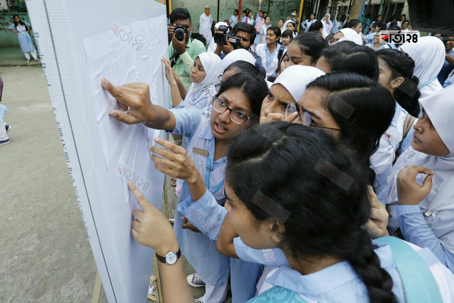 ভিকারুননিসা নূন স্কুল এন্ড কলেজে ফলাফল দেখছে শিক্ষার্থীরা। ছবি: সুমন শেখ