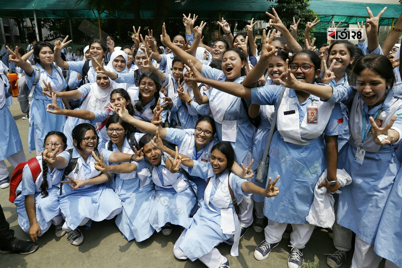 বোর্ডে নিজেদের ফলাফল দেখে উল্লাসে মেতে উঠে শিক্ষার্থীরা। ছবি: সুমন শেখ