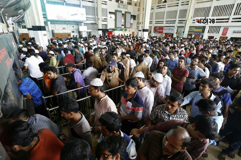 সোমবার সকালে কমলাপুর রেলস্টেশনে টিকিট প্রত্যাশীদের ভিড়। ছবি: সুমন শেখ
