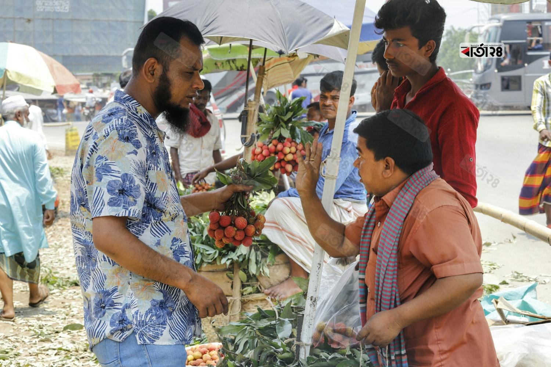 দিনাজপুরের প্রতি একশত বোম্বাই লিচু বিক্রি হচ্ছে দুইশত টাকা। ছবিটি সিরাজগঞ্জ রোড থেকে তুলেছেন সুমন শেখ।
