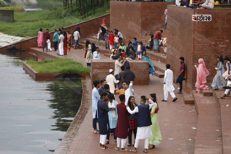 ঈদের দ্বিতীয় দিন ভিড় জমে রাজধানীর বিনোদন কেন্দ্রগুলোতে। ছবি : বার্তা২৪.কম