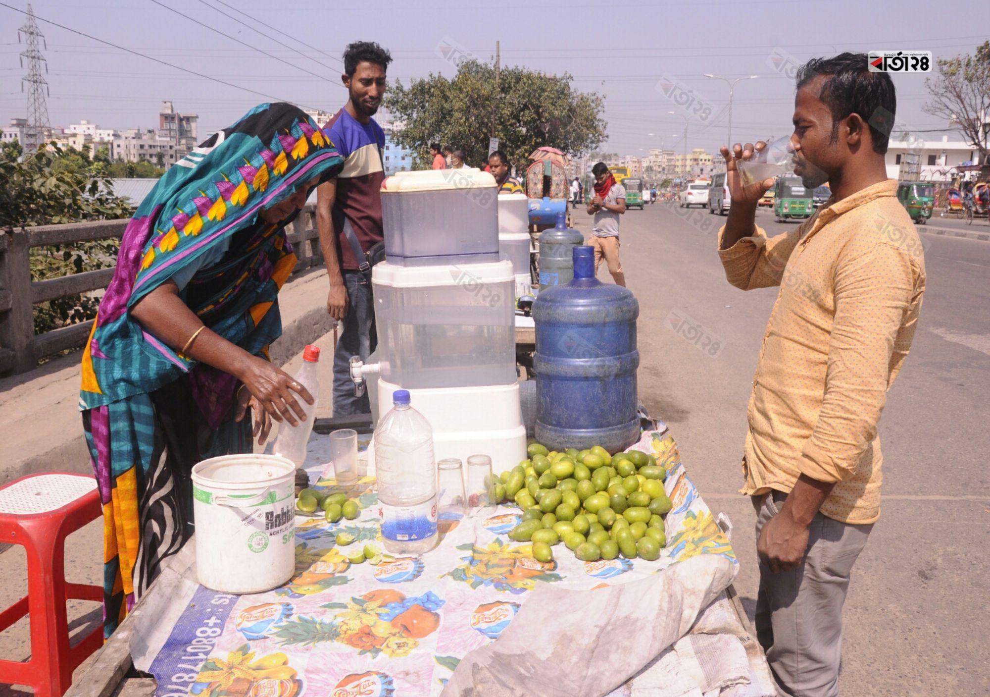 সরবত বিক্রি করে সংসার চালান আলেয়া বেগম। ছবিটি বাবুবাজার ব্রীজ থেকে তুলেছেন মেহেদী হাসান।