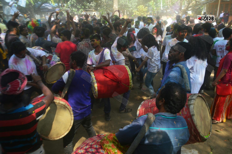হোলি উৎসবে মেতেছে চারুকলার শিক্ষার্থীরা।  ছবি : সুমন শেখ