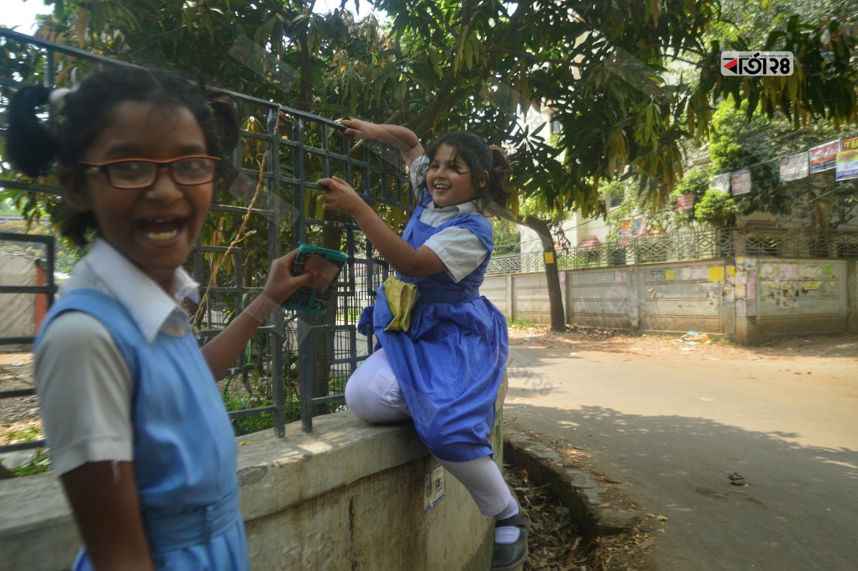 দুরন্তপনায় মেতেছে ছোটছোট স্কুল শিক্ষার্থীরা। ছবি : সুমন শেখ