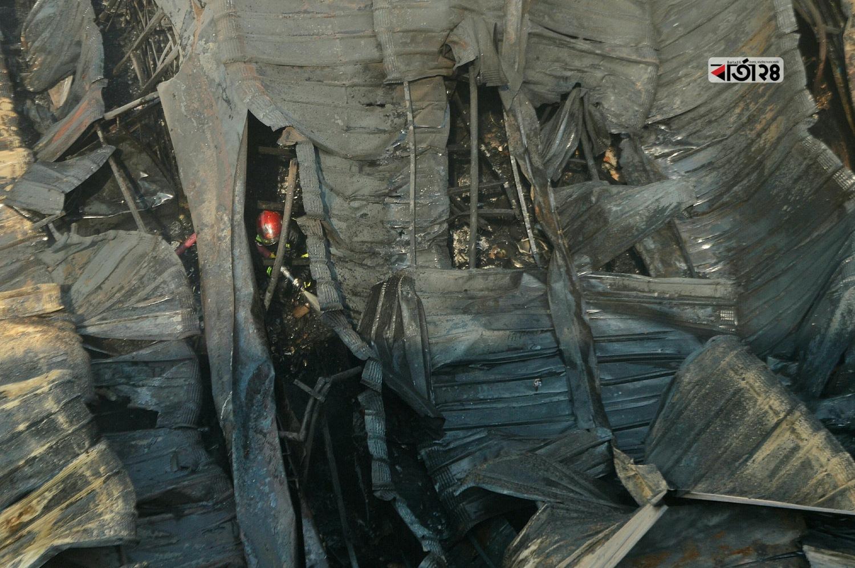 কোথাও কোথাও ধোঁয়ার কুন্ডলি দেখলেই সেখানে পানি দেয়া হচ্ছে। ছবি : সুমন শেখ
