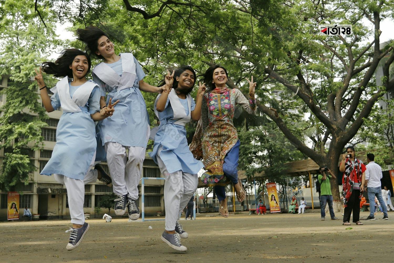 ভালো রেজাল্টের পর আনন্দে মেতেছে ভিকারুননিসা নূন স্কুল এন্ড কলেজের শিক্ষার্থীরা। ছবি : সুমন শেখ