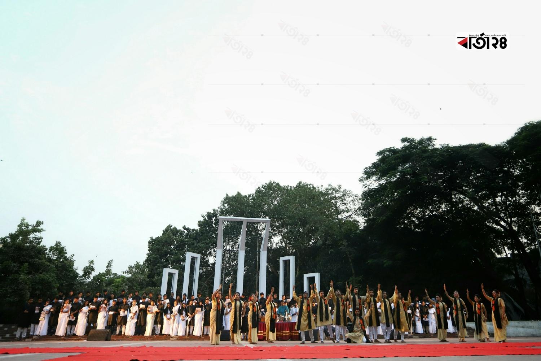 """রাজধানীর কেন্দ্রীয় শহীদ মিনারে ঢাবি শিক্ষার্থীদের আয়োজনে অনুষ্ঠিত হয় """"শতকণ্ঠে বঙ্গবন্ধু""""। ছবি : সুমন শেখ"""