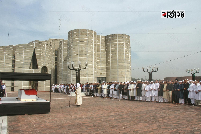 জাতীয় সংসদ ভবনের দক্ষিণ প্লাজায় সাদেক হোসেন খোকার জানাজা অনুষ্ঠিত হয়। ছবি: সুমন শেখ