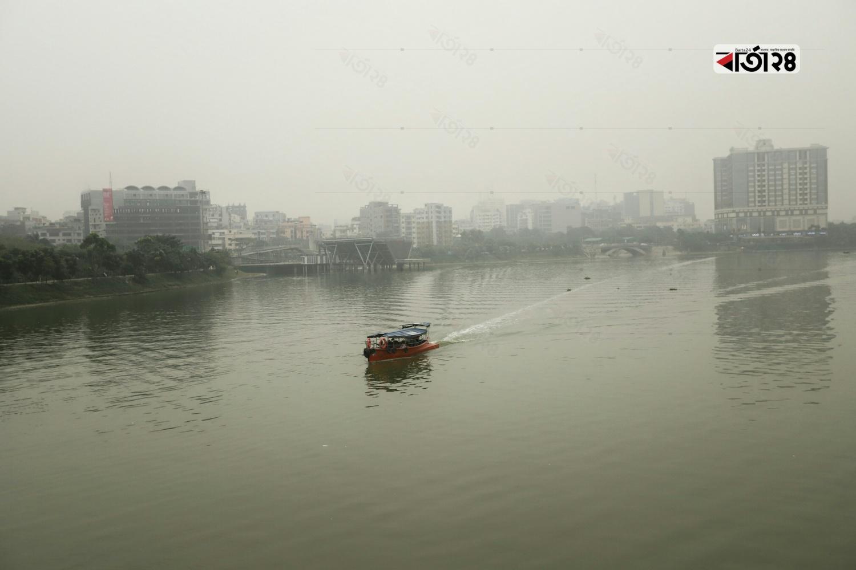 সকাল থেকেই কুয়াশাছন্ন রাজধানী। ছবি : সুমন শেখ