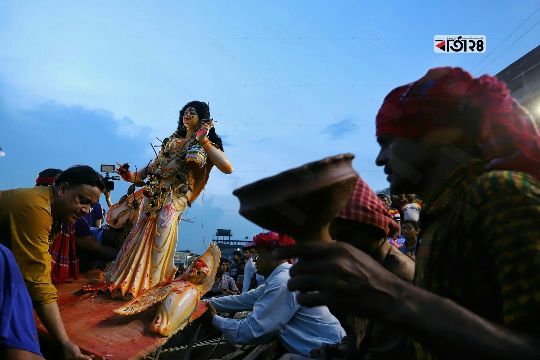 মঙ্গলবার (৮ অক্টোবর) দুপুরের পর থেকেই আগামী বছর ফিরে পাওয়ার প্রত্যাশায় ভক্তরা সজলচোখে বিদায় দিয়েছেন মাকে। ছবি : সুমন শেখ
