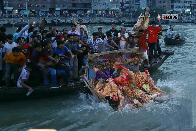 বুড়িগঙ্গা নদীতে প্রতিমা বিসর্জন দিচ্ছেন সনাতন ধর্মাবলম্বীরা। ছবি : সুমন শেখ