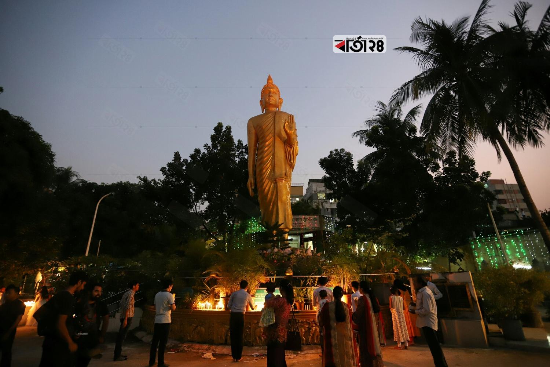 আজ শুভ প্রবারণা পূর্ণিমা। বৌদ্ধ সম্প্রদায় নানা আচার-অনুষ্ঠানমালার মধ্যদিয়ে তাদের দ্বিতীয় বৃহত্তম ধর্মীয় উৎসবটি উদযাপন করেন। ছবি : সুমন শেখ