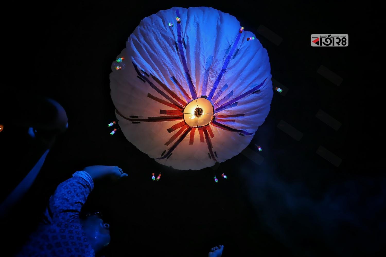 বুধবার রাজধানীর বাসাবো ধর্মরাজিক বৌদ্ধবিহারে প্রার্থনা ও ফানুস উড়িয়ে প্রবারণা পূর্ণিমা পালন করা হয়। ছবি : সুমন শেখ