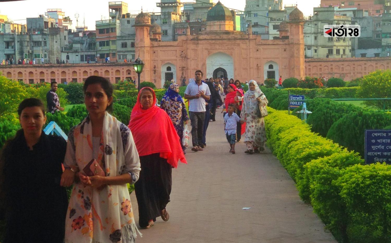 দিনে দিনে দর্শনার্থীদের ভিড় জমে রাজধানীর লালবাগ কেল্লায়। ছবি : শাহরিয়ার তামিম