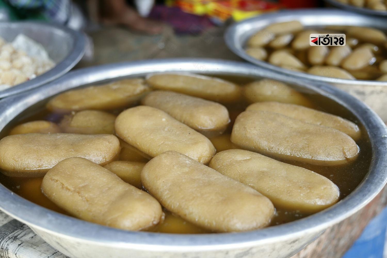 প্রতি পিছ ১২০ টাকায় বিক্রি হচ্ছে বালিশ মিষ্টি। ছবিটি গোলাকান্দাইল বাজার রুপগঞ্জ, নারায়নগঞ্জ থেকে তুলেছেন সুমন শেখ।