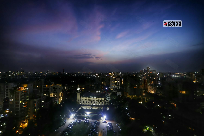 সূর্য ডুবে যাওয়ার পর রাজধানীর আকাশের চিত্র। ছবিটি গুলশান এলাকা থেকে তোলা। ছবি : সুমন শেখ