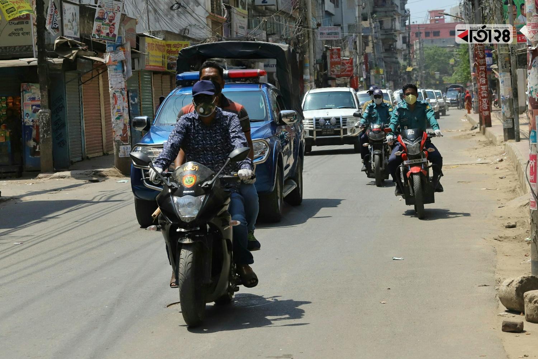 সবুজবাগ থানাধীন এলাকায় কঠোর অবস্থায় টহল দিচ্ছে আইন শৃঙ্খলা বাহিনী। ছবি : সুমন শেখ/ বার্তা২৪.কম