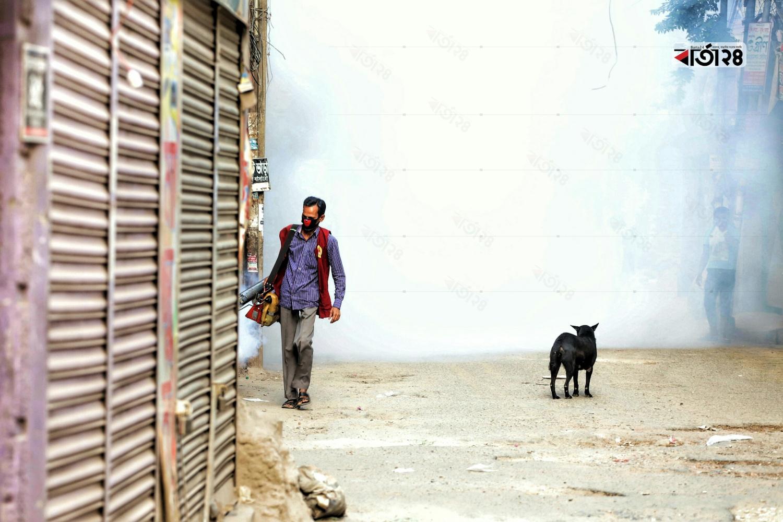 রাজধানীতে যেন ডেঙ্গুর প্রভাব না বাড়তে পারে সে জন্য দেয়া হচ্ছে মশার ওষুধ। ছবিটি বাসাবো কদমতলা থেকে তুলেছেন সুমন শেখ/ বার্তা২৪.কম।