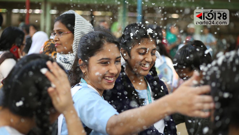 জেএসসি পরীক্ষার রেজাল্ট পেয়ে উচ্ছ্বসিত দুই শিক্ষার্থী। ছবিটি ভিকারুননিসা নূন স্কুল অ্যান্ড কলেজ থেকে তুলেছেন শাহরিয়ার তামিম।