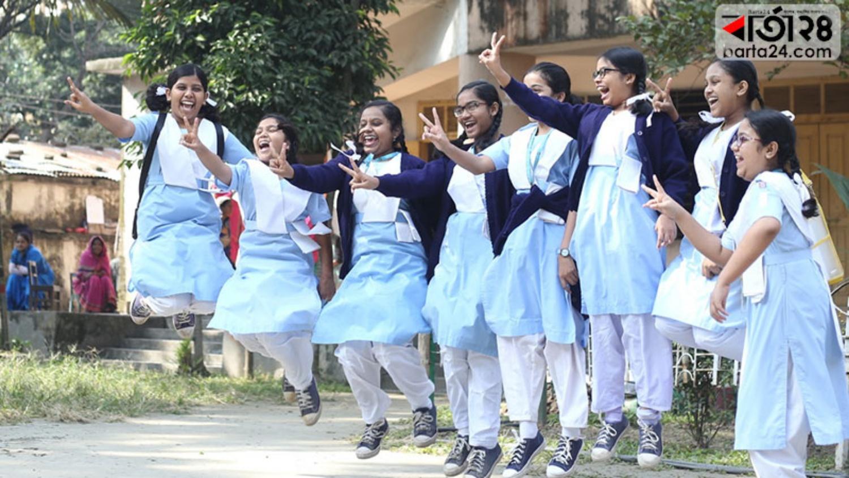 বাঁধভাঙা উল্লাসে মেতে উঠেছে শিক্ষার্থীরা।ছবিটি ভিকারুননিসা নূন স্কুল অ্যান্ড কলেজ থেকে তুলেছেন শাহরিয়ার তামিম।