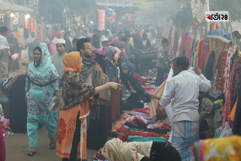 শৈত্যপ্রবাহের কারণে চাহিদা বাড়ছে শীতের পোশাকের। ছবি : সুমন শেখ /বার্তা২৪.কম